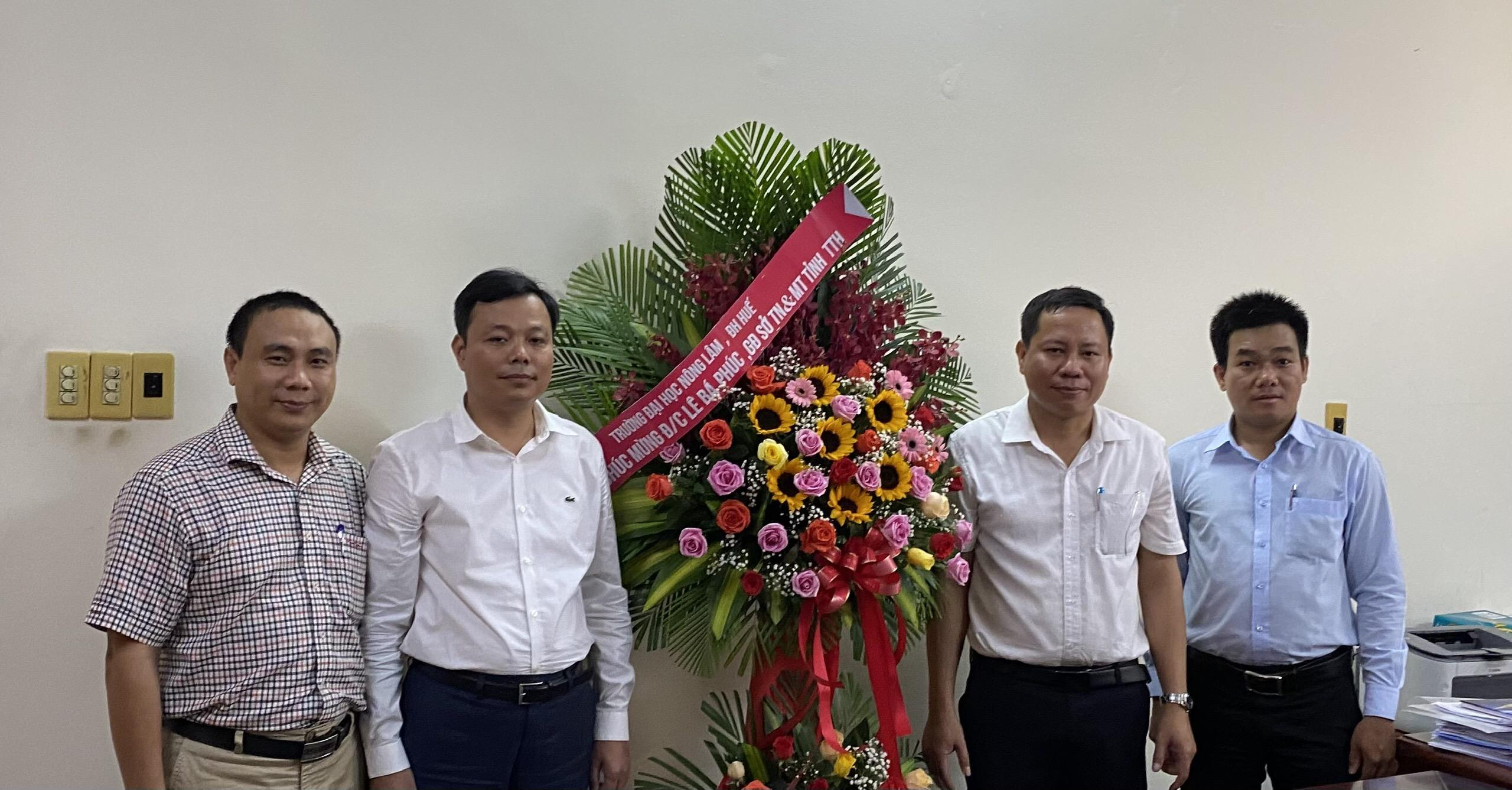 PGS.TS. Trần Thanh Đức, Hiệu trưởng trường ĐHNL, ĐHH tặng hoa chúc mừng Tân Giám đốc Sở TN&MT